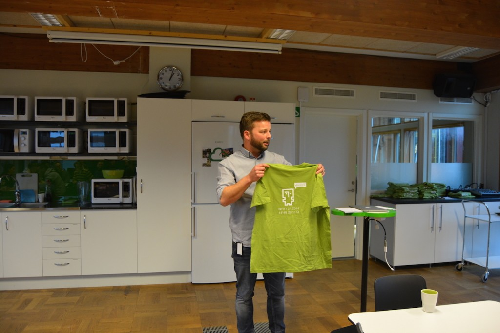 Jesper presents the t-shirt for this year